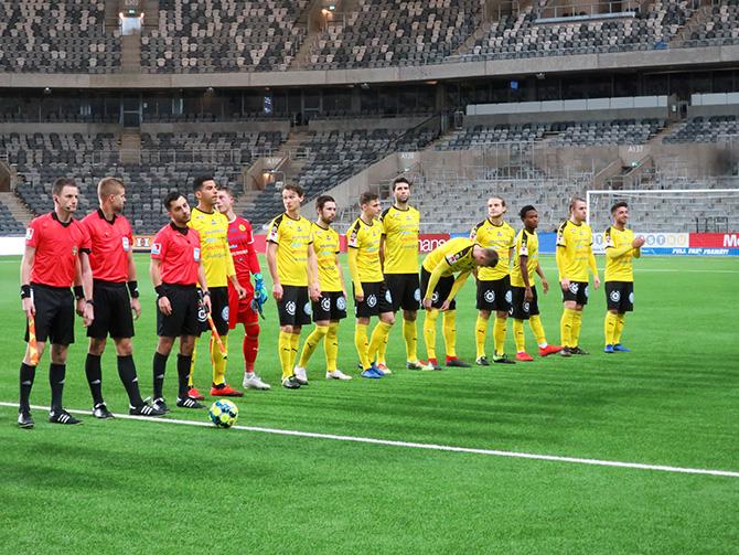 ... när laget spelade i Svenska Cupen mot Stockholms stolthet Djurgårdens  IF på Tele2 Arena. En liten parvel (till vänster) tittar på VIP-ingången  med röd ... 75b45daefd4da